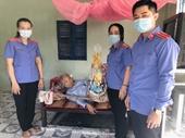 VKSND TP Ngã Bảy tặng quà Mẹ Việt Nam anh hùng