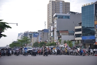 Đường phố Hà Nội sáng đầu tiên thực hiện giãn cách Nơi vắng vẻ, chỗ đông đúc