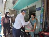 Lãnh đạo TP HCM thăm và tặng quà cho 60 hộ dân khu vực phong tỏa