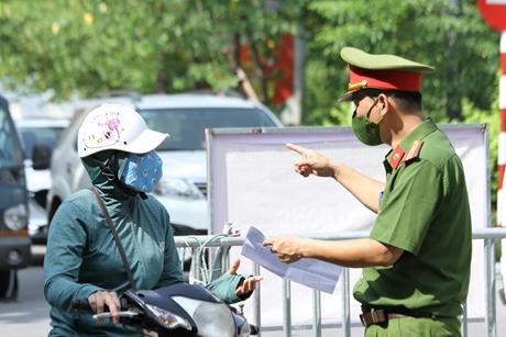 Người dân Hà Nội dùng giấy đi đường không đúng mẫu có bị xử phạt