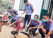 VKSND huyện Bắc Trà My chế biến thực phẩm gửi người dân TP Hồ Chí Minh