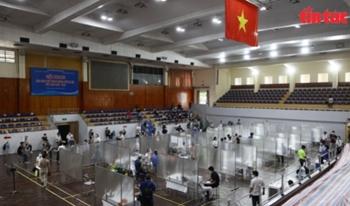 Lập 'bệnh viện dã chiến' trong Nhà thi đấu Trịnh Hoài Đức để tiêm vaccine cho người dân