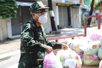 Bộ đội vào các hẻm tặng nhu yếu phẩm cho gia đình F0