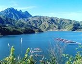 Hồ nước trong xanh gần Sa Pa