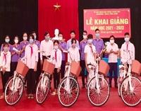 VKSND huyện Thanh Sơn tặng quà học sinh nghèo vượt khó