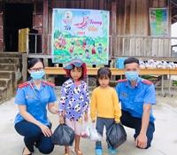 """VKSND huyện Đak Pơ tổ chức """"Vui tết Trung thu"""" và tặng quà thiếu nhi người dân tộc thiểu số"""
