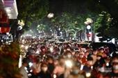 Dòng người đổ về trung tâm Hà Nội đón Tết Trung thu là hình ảnh không đẹp
