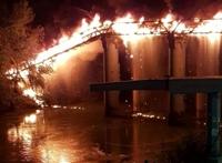 Cầu di sản gần 260 năm tuổi của Rome, Ý cháy rừng rực giữa khuya