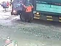 CLIP Nam thanh niên mặc áo shipper trộm hơn 300 triệu trên cabin xe tải