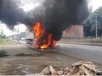 Xe container bốc cháy dữ dội trên quốc lộ 1A