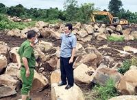 Bắt quả tang nhóm đối tượng khai thác hàng chục tấn đá trái phép
