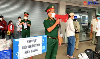 Bộ Tư lệnh TP HCM phối hợp hỗ trợ người già, trẻ em các tỉnh miền Tây trở về quê
