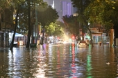 Mưa lớn kéo dài, nhiều tuyến đường ở TP HCM ngập sâu