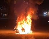 Đôi nam nữ bị đuổi đánh, xe máy ngã bốc cháy ngùn ngụt