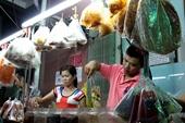 Lấy số thứ tự mua bánh tráng trộn 20 000 đồng ở Sài Gòn