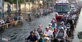 Mưa lớn, người Sài Gòn vật lộn trong biển nước
