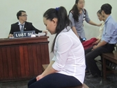 Bảo mẫu đạp chết bé 18 tháng khóc nức nở tại tòa