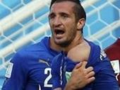 Suarez cắn người khiến làng túc cầu sôi sùng sục