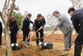Viện trưởng VKSNDTC Nguyễn Hoà Bình trồng cây lưu niệm tại Tượng đài Bà mẹ Việt Nam anh hùng tỉnh Quảng Nam