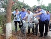 Viện trưởng VKSNDTC Nguyễn Hòa Bình trồng cây nhân kỷ niệm 110 năm ngày sinh đồng chí Hoàng Quốc Việt