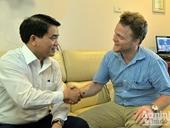 Chủ tịch UBND TP Hà Nội Nguyễn Đức Chung cảm ơn ông tây nhặt rác
