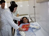 Lãnh đạo thành phố thăm nạn nhân vụ nổ trạm biến áp quận Hà Đông