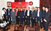 Trao tặng Huy hiệu 45 năm tuổi Đảng cho đồng chí Hà Mạnh Trí, nguyên Viện trưởng VKSNDTC