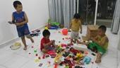 Bố mẹ bấn loạn vì con nhỏ nghỉ hè